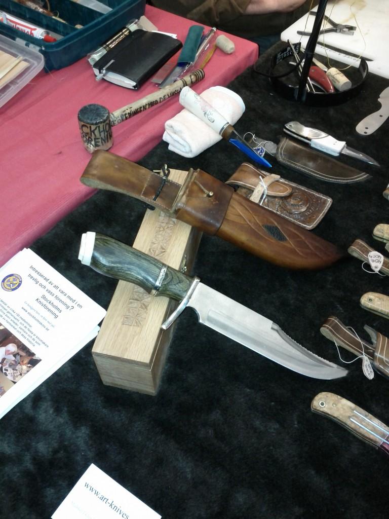 handgjord kniv och slida